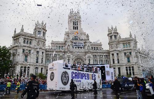 Thầy trò Zidane trở về Madrid, mở hội cùng biển người - 1
