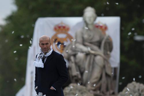 Thầy trò Zidane trở về Madrid, mở hội cùng biển người - 11