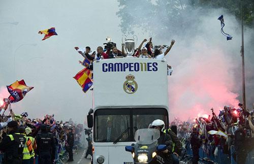 Thầy trò Zidane trở về Madrid, mở hội cùng biển người - 3