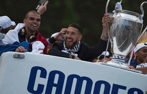 Thầy trò Zidane trở về Madrid, mở hội cùng biển người - 8