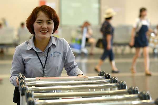 Nữ nhân viên sân bay trả lại cả tỷ đồng khách bỏ quên - 1