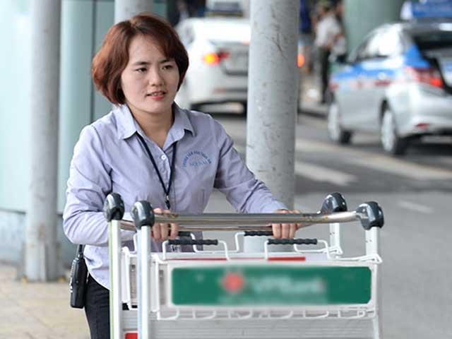 Nữ nhân viên sân bay trả lại cả tỷ đồng khách bỏ quên - 2