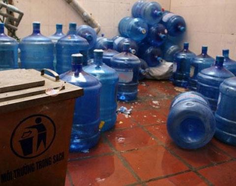 Bình nước lọc tẩy bằng axit: Dân văn phòng, phụ huynh hoang mang - 1