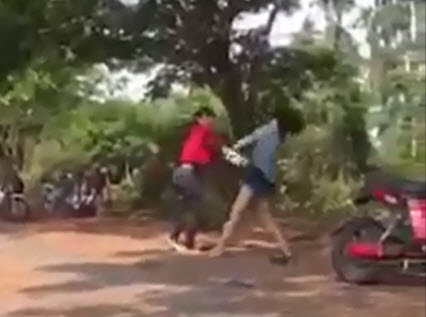 2 nữ sinh đánh nhau vì mâu thuẫn trên facebook bị hạ hạnh kiểm - 1