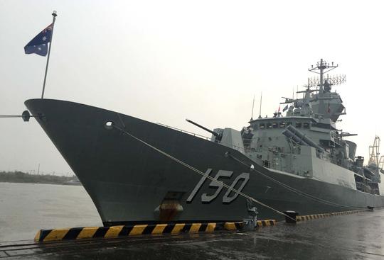 Tàu hải quân Úc đội mưa gió đến TP HCM - 1