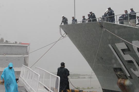 Tàu hải quân Úc đội mưa gió đến TP HCM - 10