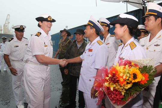 Tàu hải quân Úc đội mưa gió đến TP HCM - 13