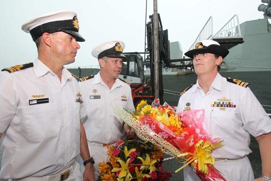 Tàu hải quân Úc đội mưa gió đến TP HCM - 15