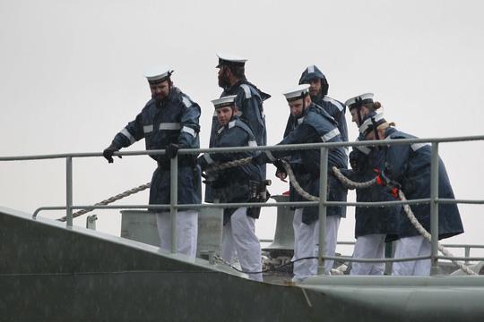 Tàu hải quân Úc đội mưa gió đến TP HCM - 2