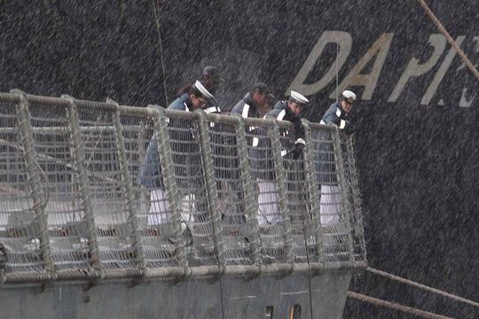 Tàu hải quân Úc đội mưa gió đến TP HCM - 3