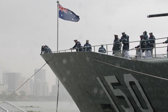 Tàu hải quân Úc đội mưa gió đến TP HCM - 5