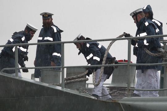 Tàu hải quân Úc đội mưa gió đến TP HCM - 7