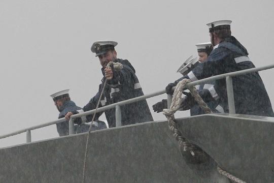 Tàu hải quân Úc đội mưa gió đến TP HCM - 9