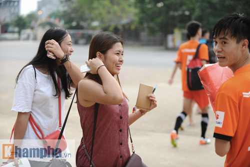 """Công Phượng """"chạy trốn"""" fan nữ, Văn Toàn được tặng quà - 3"""