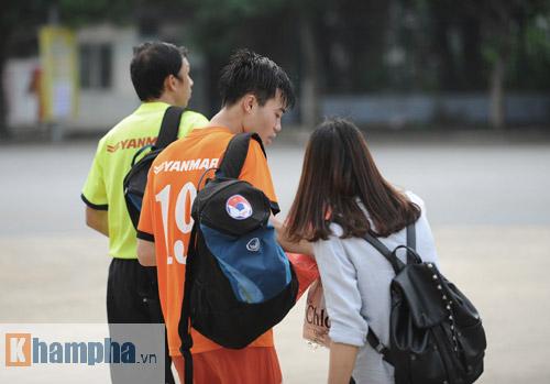 """Công Phượng """"chạy trốn"""" fan nữ, Văn Toàn được tặng quà - 4"""