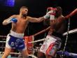 """Boxing: """"Mưa"""" đấm hóa vô địch thành bịch bông"""