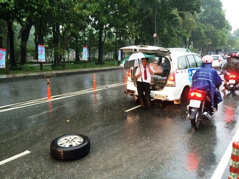 Taxi rớt bánh khi chở 7 người đến sân bay Tân Sơn Nhất - 1
