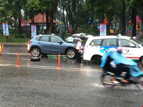 Taxi rớt bánh khi chở 7 người đến sân bay Tân Sơn Nhất - 2