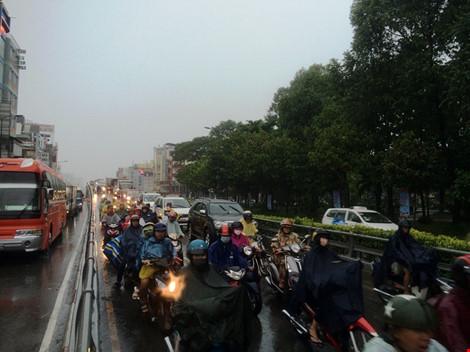 Taxi rớt bánh khi chở 7 người đến sân bay Tân Sơn Nhất - 3