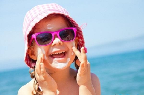 Cho con đeo kính râm mùa hè coi chừng hỏng mắt - 1