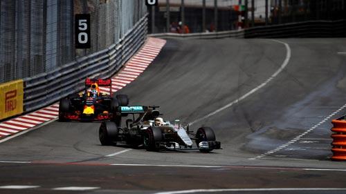"""F1, Red Bull """"vứt đi"""" chiến thắng: Khổ cho Ricciardo - 2"""