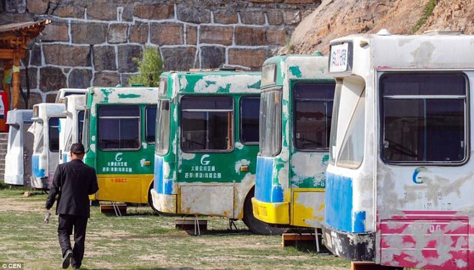 """TQ: Biến xe bus cũ thành khách sạn """"tình yêu"""" - 1"""