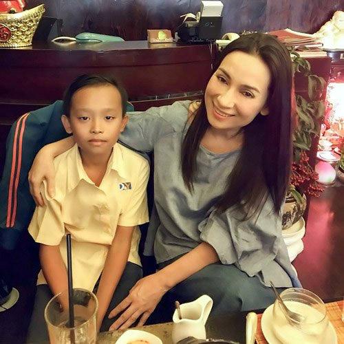 Những cô, cậu bé con nuôi nổi tiếng của sao Việt - 4