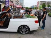 Tài chính - Bất động sản - Đại gia TQ lái BMW mui trần đi bán hành ngoài phố