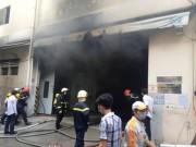 Tin tức trong ngày - Cháy garage ô tô giữa Sài Gòn, nhiều xế hộp suýt ra tro