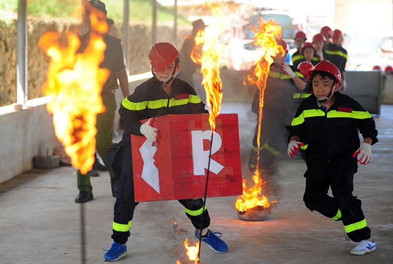 """Ảnh: """"Lính cứu hỏa"""" nhí mướt mồ hôi trên thao trường - 1"""