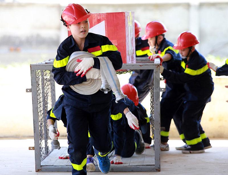 """Ảnh: """"Lính cứu hỏa"""" nhí mướt mồ hôi trên thao trường - 2"""