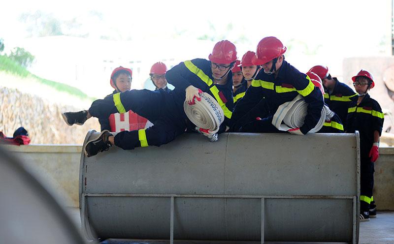 """Ảnh: """"Lính cứu hỏa"""" nhí mướt mồ hôi trên thao trường - 7"""