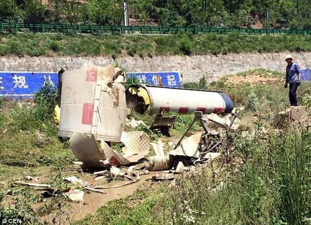 TQ: Mảnh vỡ tên lửa khổng lồ rơi sát nhà dân - 2