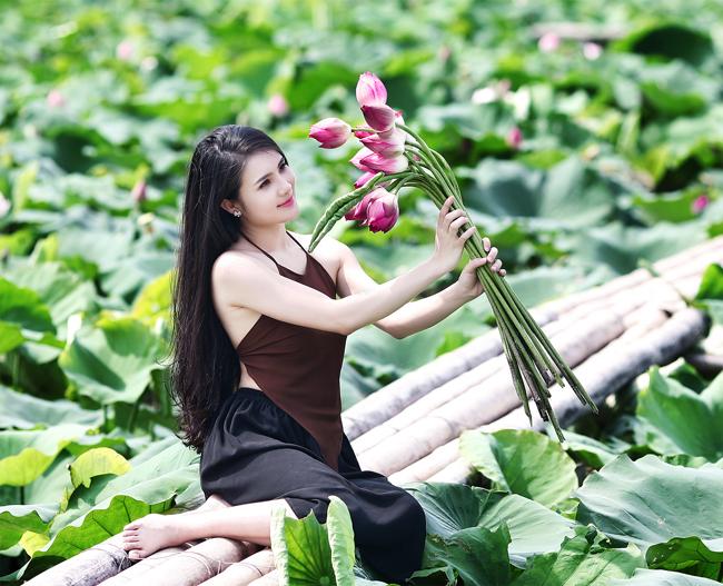 Hot girl Khánh Chi diện yếm nâu khoe vẻ nõn nà bên hồ sen Xuân Đỉnh