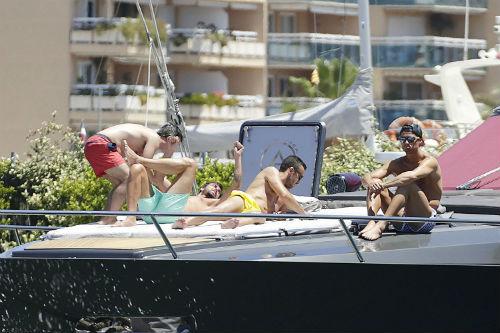 Nghỉ xả hơi, Ronaldo tắm biển cùng dàn… trai đẹp - 1
