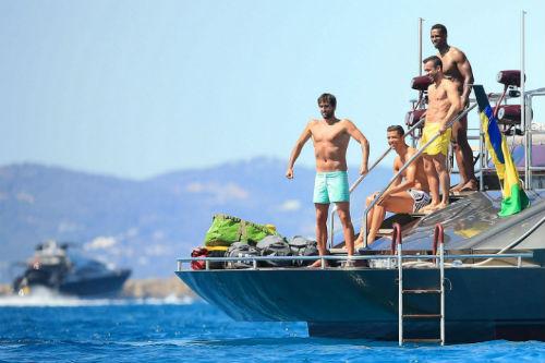 Nghỉ xả hơi, Ronaldo tắm biển cùng dàn… trai đẹp - 4