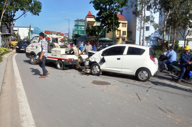 """Né xe máy, ô tô """"đại náo"""" đường vào sân bay Tân Sơn Nhất - 1"""