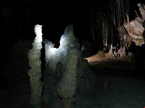 Chùm ảnh: Xuyên qua đá vôi trong lòng hang Thiên Đường - 6