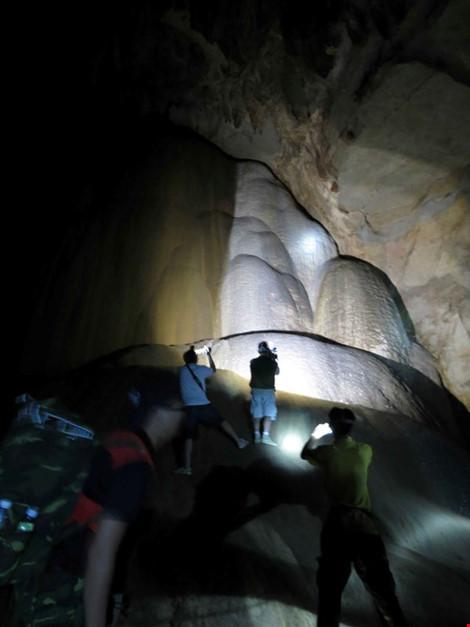 Chùm ảnh: Xuyên qua đá vôi trong lòng hang Thiên Đường - 13