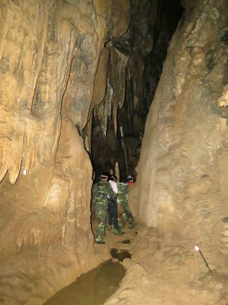 Chùm ảnh: Xuyên qua đá vôi trong lòng hang Thiên Đường - 7