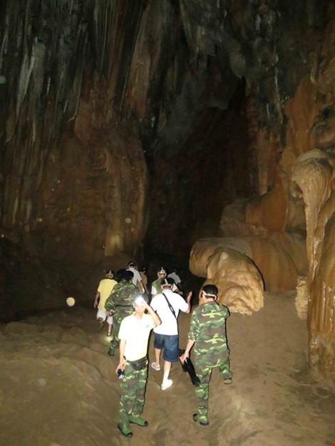 Chùm ảnh: Xuyên qua đá vôi trong lòng hang Thiên Đường - 8