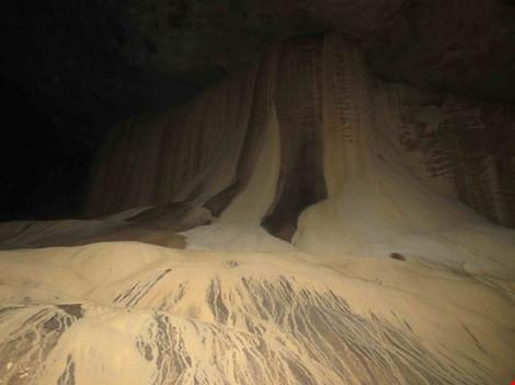 Chùm ảnh: Xuyên qua đá vôi trong lòng hang Thiên Đường - 12