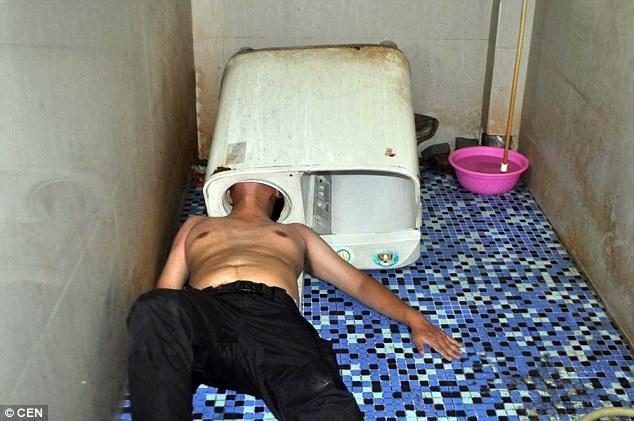 """Thanh niên Trung Quốc bị máy giặt """"nuốt"""" đầu - 1"""