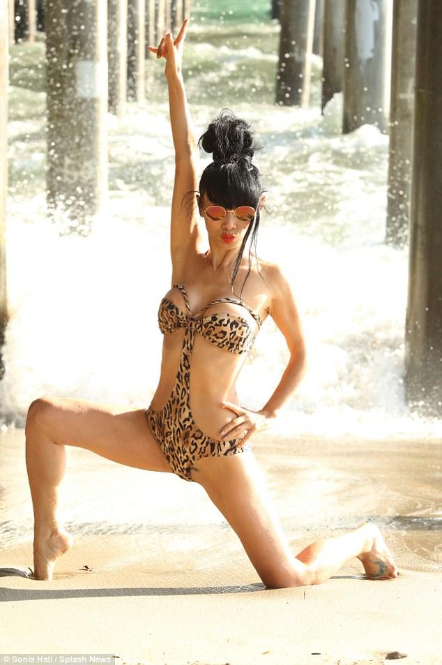 Bạch Linh 49 tuổi tạo dáng kỳ quái với monokini - 3