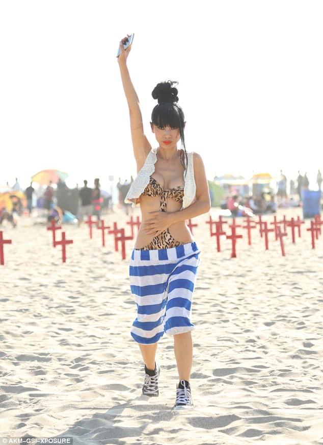 Bạch Linh 49 tuổi tạo dáng kỳ quái với monokini - 5
