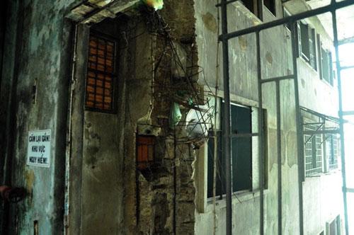 Cuộc sống lay lắt của 10 hộ dân ở chung cư hoang tàn nhất SG - 11