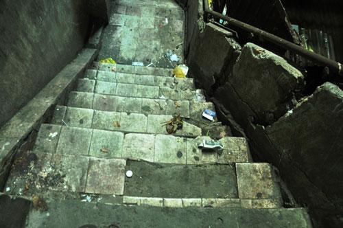 Cuộc sống lay lắt của 10 hộ dân ở chung cư hoang tàn nhất SG - 10