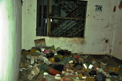 Cuộc sống lay lắt của 10 hộ dân ở chung cư hoang tàn nhất SG - 17