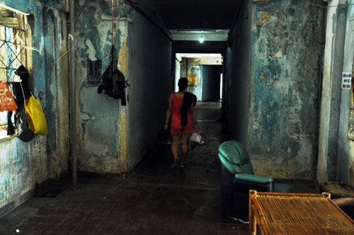 Cuộc sống lay lắt của 10 hộ dân ở chung cư hoang tàn nhất SG - 18