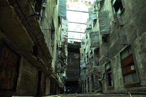 Cuộc sống lay lắt của 10 hộ dân ở chung cư hoang tàn nhất SG - 21